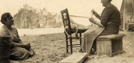 Ischia donne sulla spiaggia dei pescatori anni 40