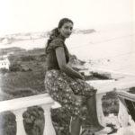 Maria Callas a Ischia seduta su balaustra