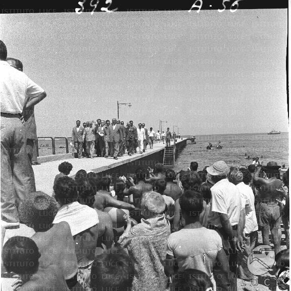Folla per l'arrivo a Lacco Ameno del presidente Gronchi (1957)